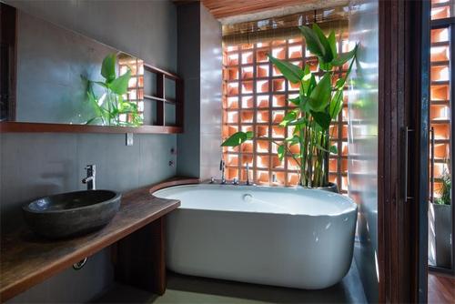 Nhà tắm như trong khu nghỉ dưỡng của các gia đình Việt